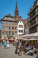 France, Alsace, Department Bas-Rhin, Strasbourg: Cafe de L'Ill at Marché aux Cochons de Lait | Frankreich, Elsass, Départements Bas-Rhin, Strassburg: Cafe de L'Ill auf dem Spanferkelmarkt (Marché aux Cochons de Lait)