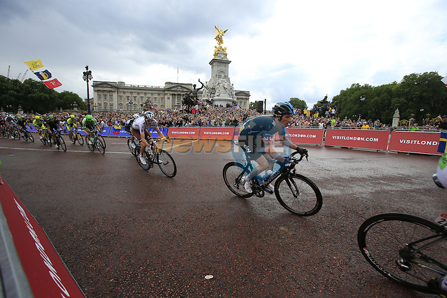 The riders including Geraint Thomas (WAL) Team Sky round the final bend at Buckingham Palace at the end of Stage 3 of the 2014 Tour de France running 155km from Cambridge to London. 7th July 2014.<br /> Picture: Eoin Clarke www.newsfile.ie