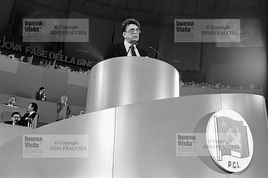 "- 19° congresso del P.C.I. (Partito Comunista Italiano),il primo dopo la svolta politica detta ""della Bolognina"" che porterà il partito allo scioglimento; parla il segretario Achille Occhetto (marzo 1990)..- 19th congress of P.C.I.  (Italian Communist Party), the first after the political turn known as ""of the Bolognina"" that will carry the party to the breakup; speak the secretary Achille Occhetto (Mars 1990)"
