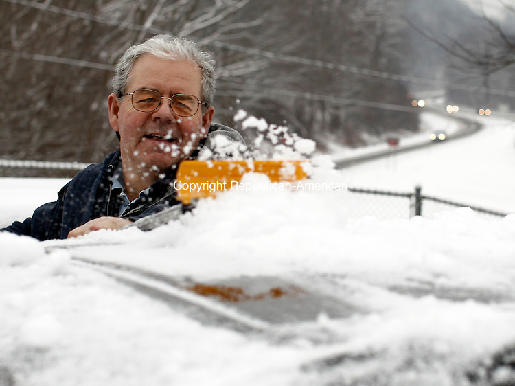Thomaston, CT- 28 January 2013-012813CM04- Jim Dubay, of Plymouth, cleans off his car at a commuter lot after returning from work  Monday afternoon in Thomaston.  According to the National Weather Service, Tuesday is expected to have a slight chance of drizzle or freezing rain before 9am, then there is a slight chance of rain after 2 p.m., otherwise it's expected to be mostly cloudy, with a high near 44.   Christopher Massa Republican-American