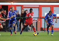 KV Kortrijk - AA Gent.Sawaneh Ibou Ebrahima aan de bal tussen Tim Smolders (links) en Roberto Rosales (rechts).foto VDB / BART VANDENBROUCKE