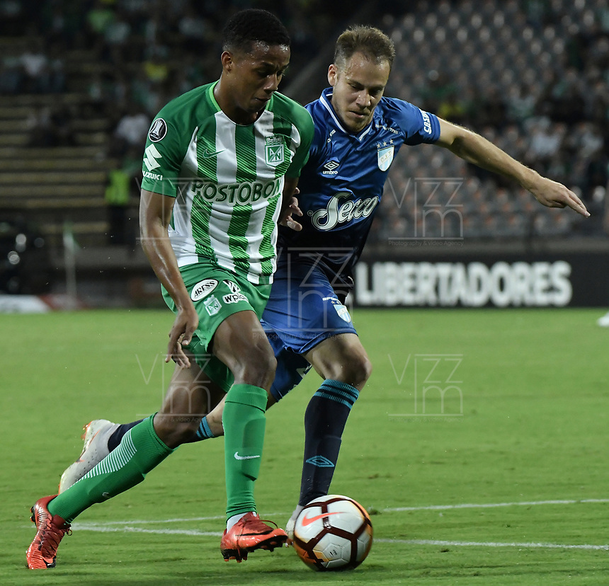 MEDELLÍN - COLOMBIA, 28-08-2018: Jeison Steven Lucumi (Izq) jugador de Atletico Nacional de Colombia disputa el balón con Nery Leyes (Der) jugador de Atletico Tucuman de Argentina durante partido por los octavos de final, llave E, de la CONMEBOL Libertadores 2018 jugado en el estadio Atanasio Girardot de la ciudad de Medellín. / Jeison Steven Lucumi (L) player of Atletico Nacional of Colombia fights for the ball with Nery Leyes (R) player of Atletico Tucuman of Argentina during match for the round of sixteen of the CONMEBOL Libertadores 2018 played at Atanasio Girardot stadium in Medellin city. Photo: VizzorImage/ Alejandro Rosales