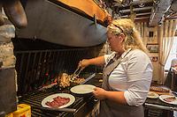 France, Nord (59),Quaedypre:  Estaminet: Taverne du Westhoeck , cuisson des viandes au feu de bois//  France, Nord, Quaedypre: Estaminet: Taverne du Westhoeck - cooking meat over a wood fire