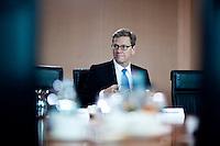 Aussenminister Guido Westerwelle (FDP) wartet am Mittwoch (05.06.13) im Bundeskanzleramt in Berlin auf den Beginn der  Kabinettssitzung.<br /> Foto: Axel Schmidt/CommonLens