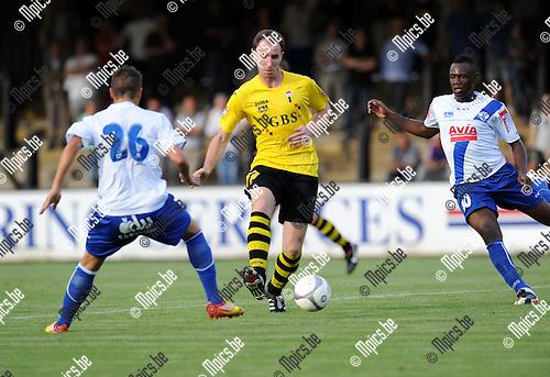 2012-08-22 / Voetbal / seizoen 2012-2013 / Berchem Sport - Temse / Michael Dierickx (Berchem) tussen D'Huyvetter en Mbemba..Foto: Mpics.be