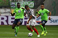 Timothy Chandler (Eintracht Frankfurt) gegen Josuha Guilavogui (VfL Wolfsburg) und Daniel Divadi (VfL Wolfsburg) - 06.05.2017: Eintracht Frankfurt vs. VfL Wolfsburg, Commerzbank Arena, 32. Spieltag