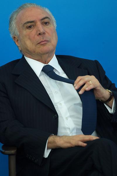 """BRA101. BRASILIA (BRASIL), 26/06/2017.- El presidente de Brasil, Michel Temer, participa hoy, lunes 26 de junio de 2017, en una Ceremonia de Sanción de la Ley que regula la Diferenciación de Precio, en el Palacio de Planalto, en la ciudad de Brasilia (Brasil). Temer intentó """"obstaculizar investigaciones"""" y """"dejó de comunicar a las autoridades"""" sobre maniobras corruptas de las que tuvo conocimiento, según un informe de la Policía Federal entregado hoy al Supremo. EFE/Joédson Alves"""