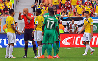 BRASILIA - BRASIL -19-06-2014. Howard Webb habla con Teofilo Gutierrez (Izq) y Juan Cuadrado de Colombia durante el partido del Grupo C entre Colombia (COL) y Costa de Marfil (CIV) hoy 19 de junio de 2014 en la Copa Mundial de la FIFA Brasil 2014 played at Mane Garricha stadium in Brasilia./ Howard Webb (L) referee speaks  with Teofilo Gutierrez (L) and Juan Cuadrado of Colombia (sits) during the Group C match between Colombia (COL) and Ivory Coast (CIV) today June 19 2014 in the 2014 FIFA World Cup Brazil. Photo: VizzorImage / Alfredo Gutiérrez / Contribuidor