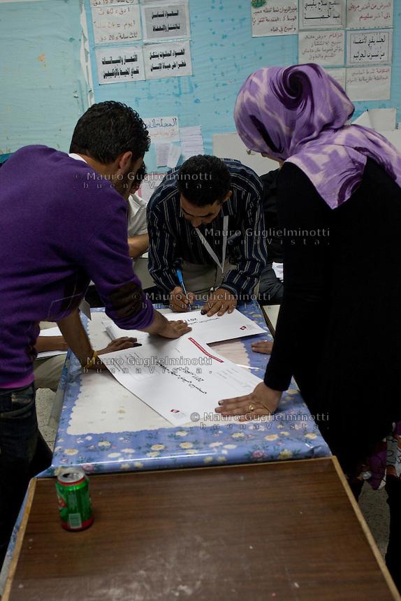 23 ottobre 2011 Tunisi, elezioni libere per l'Assemblea Costituente, le prime della Primavera araba: scrutinio in un seggio elettorale.<br /> premieres elections libres en Tunisie octobre <br /> tunisian elections