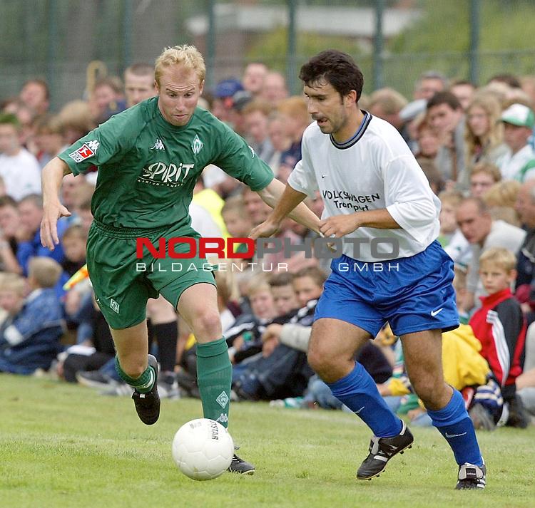 1. BL 2003/2004<br /> Testspiel Kickers Emden vs. SV Werder Bremen<br /> Ludovic Magnin (links) von Werder Bremen.<br /> <br /> Info: Kickers Emden spielt in der Oberliga Niedersachsen/Bremen.<br /> Foto &copy; nordphoto <br /> <br />  *** Local Caption *** Foto ist honorarpflichtig! zzgl. gesetzl. MwSt.<br />  Belegexemplar erforderlich<br /> Adresse: nordphoto<br /> Georg-Reinke-Strasse 1<br /> 49377 Vechta