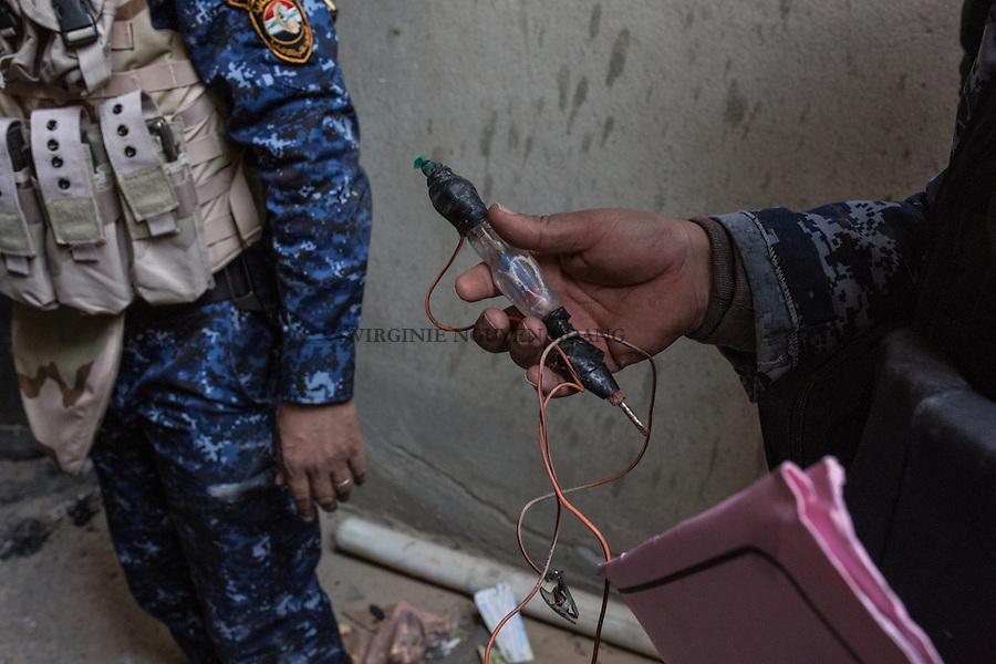 IRAK, Hammam-al Ali: An electrochock tool found in a house that  used to be a prison of Daesh in a town situated around 30 km south of Mosul. Before being liberated from Daesh a month ago, inhabitants, mainly police members and official were emprisonned and tortured for days in different rooms of this house transformed to a prison, men as women, 13 December 2016. <br /> <br /> IRAK, Hammam-al Ali: Un &eacute;lectrochoc trouv&eacute; dans ce qui &eacute;tait autrefois une prison de Daesh dans une ville situ&eacute;e &agrave; environ 30 km au sud de Mossoul. Avant d'&ecirc;tre lib&eacute;r&eacute; de Daesh il y a un mois, des habitants, principalement des policiers et des officiels ont &eacute;t&eacute; emprisonn&eacute;s et tortur&eacute;s pendant des jours dans diff&eacute;rentes pi&egrave;ces de cette maison transform&eacute;e en prison, hommes comme femmes, le 13 d&eacute;cembre 2016.