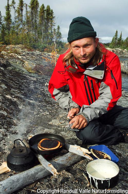 Mann lager pannekaker ---- Man making pan cakes