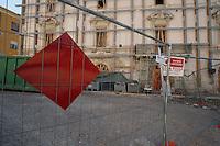 Transenne delimitano ancora la Zona Rossa.Crush barrier still delimit the Red Zone.