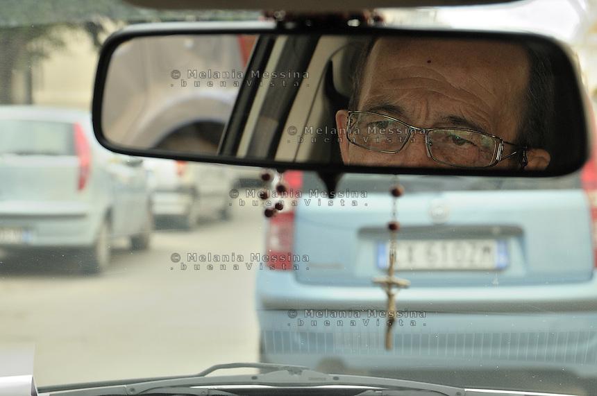 The anti-mafia journalist Pino Maniaci, who runs the tv station in Sicily TeleJato channel, driving around for his reporting.<br /> Il giornalista antimafia Pino Maniaci, direttore della  emittente televisiva Telejato, in giro per i suoi reportage.