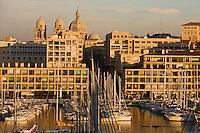 Europe/France/Provence-Alpes-Côte d'Azur/13/Bouches-du-Rhône/Marseille: Le Vieux Port  et la cathédrale de la Major ou basilique de Sainte-Marie-Majeure (la Major) qui évoque l'Orient par son style romano-byzantin