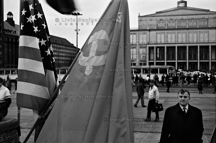LIPSIA / DDR / GERMANIA EST - NOVEMBRE 1989.MANIFESTAZIONE DEL LUNEDI. GLI OPPOSITORI DEL REGIME COMUNISTA RICHEDEVANO DEMOCRAZIA E LIBERTA' DI POTERSI RECARE IN GERMANIA OCCIDENTALE. INIZIATE IN OTTOBRE 1989 IN KARL MARX PLATZ, DURARONO FINO AL MARZO 1990 QUANDO INIZIO' A PROFILARSI LA CONCRETA UNIFICAZIONE DELLA GERMANIA..FOTO LIVIO SENIGALLIESI..LEIPZIG / DDR / EAST GERMANY - NOV.1989.The Monday demonstrations in Leipzig, Karl Marx Platz, were a series of peaceful political protests against the communist government of the German Democratic Republic (GDR) that took place every Monday evening. The people in the street ask democracy and freedom of mouvement..The demonstrations ended in March 1990, around the time of the first free multi-party elections on all-GDR level, for the Volkskammer parliament that paved the way to German reunification..PHOTO LIVIO SENIGALLIESI..