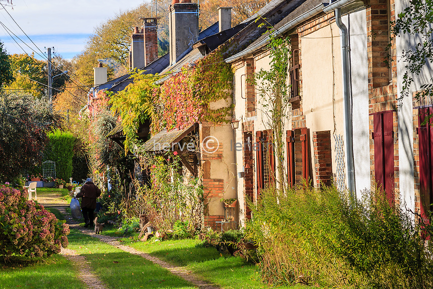 France, Cher (18), La Borne, la cour des Petits Souliers, un alignement de maisons construites en longère // France, Cher, La Borne, cour des Petits Souliers, a row of houses built in longhouse