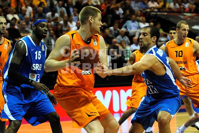 GRONINGEN  Basketbal, Nederland - Israel, Martiniplaza, EK kwalificatie ,  seizoen 2014-2015, 13-08-2014,  Roeland Schaftenaar zoekt een uitweg inde defensie van israel