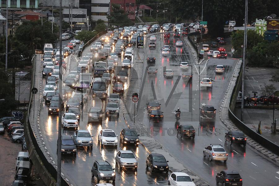 SÃO PAULO,SP, 06.06.2016 - TRÂNSITO-SP - Motoristas enfrentam trânsito e chuva no Viaduto Júlio de Mesquita Filho, no bairro da Bela Vista, na região central da cidade de São Paulo, nesta segunda-feira, 06. (Foto: William Volcov/Brazil Photo Press)