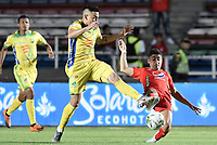 CALI - COLOMBIA, 02-10-2019: Matias Pisano del América disputa el balón con Harold Rivera de Cali durante partido por la fecha 14 de la Liga Águila II 2019 entre América de Cali y Atlético Huila jugado en el estadio Pascual Guerrero de la ciudad de Cali. / Matias Pisano of America struggles the ball with Harold Rivera of Cali during match for the date 14 as part of Aguila League II 2019 between America de Cali and Atletico Huila played at Pascual Guerrero stadium in Cali. Photo: VizzorImage / Gabriel Aponte / Staff