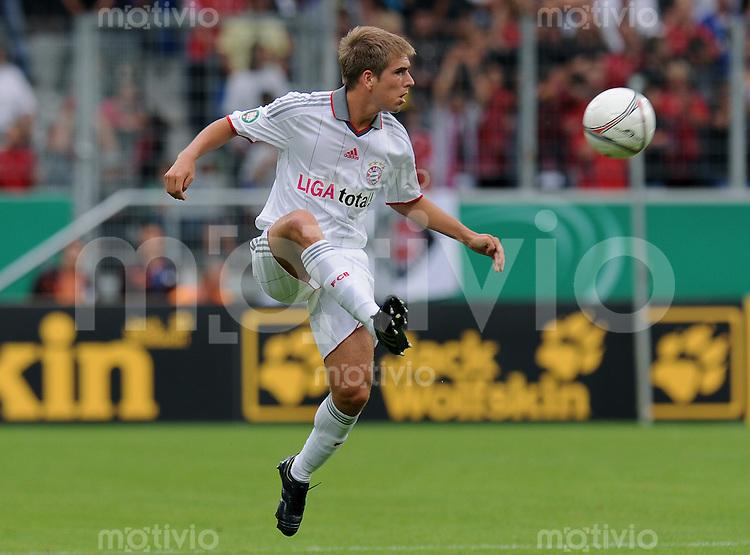 Fussball DFB Pokal 1. Runde   Saison   2009/2010   02.08.2009 Spvgg Neckarelz - FC Bayern Muenchen Philipp Lahm  (FCB) am Ball