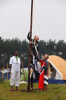 Scouts from Trinidad and Tobago together with scout from New Zeeland rises a flag . Photo: Magnus Fröderberg/Scouterna