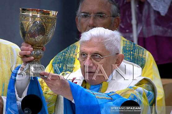 Pope Benedict XVI waves to the crowd after he celebrated a holy mass in Mariazell September 8, 2007. The Pontiff who is on a three-day trip to Austria, is visiting the 850-year old shrine of Mariazell on Saturday, where some 33,000 pilgrims including 70 cardinals are expected to join him.