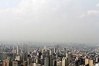 SAO PAULO, 04 DE DEZEMBRO DE 2012 - CLIMA TEMPO SP - Capital sob forte calor chegado a 32 graus com forte nevoa seca fazendo com que a visibilidade seja bastante reduzida no final da tarde dessa terca-feira 04  . (FOTO LEVY RIBEIRO - BRAZIL PHOTO PRESS)
