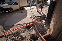 Querétaro, Qro. 8 de enero de 2014.-  Continúan los trabajos de ampliación de las banquetas de la avenida Corregidora, del centro histórico de la capital del estado. Esta ampliación tiene como objetivo reducir un carril de tránsito vehicular para hacer más transitable y amable al peatón la avenida que recorre de lado a lado el centro y es partes de la estrategia de movilidad que tiene además la pretención de disminuir el uso del automóvil. <br /> <br /> <br /> Foto: Demian Chávez / Obtura Press Agency.
