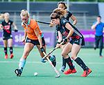 AMSTELVEEN  -Sosha Benninga (A'dam)  met Marle Brenkman (Gro)   Hoofdklasse hockey dames ,competitie, dames, Amsterdam-Groningen (9-0) .     COPYRIGHT KOEN SUYK