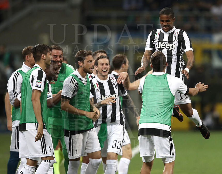 Calcio, Serie A: Inter - Juventus, Milano, stadio Giuseppe Meazza (San Siro), 28 aprile 2018.<br /> Juventus Douglas Costa celebrates after scoring with his teammates during the Italian Serie A football match between Inter Milan and Juventus at Giuseppe Meazza (San Siro) stadium, April 28, 2018.<br /> UPDATE IMAGES PRESS/Isabella Bonotto