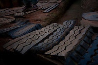 Juatuba_MG, Brasil...Tiras de Pneus em uma estrada de terra em Juatuba, Minas Gerais...Tires on the dirt road in Juatuba, Minas Gerais...Foto: LEO DRUMOND / NITRO