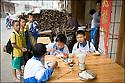 2006- Chine- Sur la route de Xingping,petit déjeuner de nouilles avant de partir pour l'école.