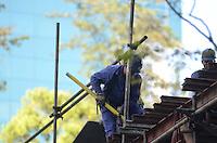 SÃO PAULO, SP, 04 DE JANEIRO DE 2012 - DESMONTAGEM PALCO AV PAULISTA- Homens trabalham na desmontagem do palco utilizado nas comemorações do Reveillon na Avenida Paulista, no início da manhã desta quarta-feira, 04. FOTO: ALEXANDRE MOREIRA - NEWS FREE.