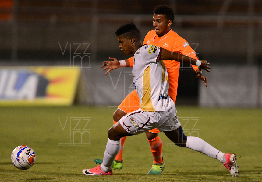ENVIGADO -COLOMBIA-04-08-2017: Duvan Vergara (Der) jugador de Envigado FC disputa el balón con Luis Ovalle (Izq) jugador de Deportes Tolima durante partido por la fecha 6 de la Liga Águila II 2017 realizado en el Polideportivo Sur de la ciudad de Envigado. / Duvan Vergara (R) player of Envigado FC fights for the ball with Luis Ovalle (L) player of Deportes Tolima during match for the date 6 of the Aguila League II 2017 played at Polideportivo Sur in Envigado city.  Photo: VizzorImage/ León Monsalve /Cont