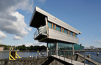 Amsterdam- Brugwachtershuis van titanium in het Oosterdok