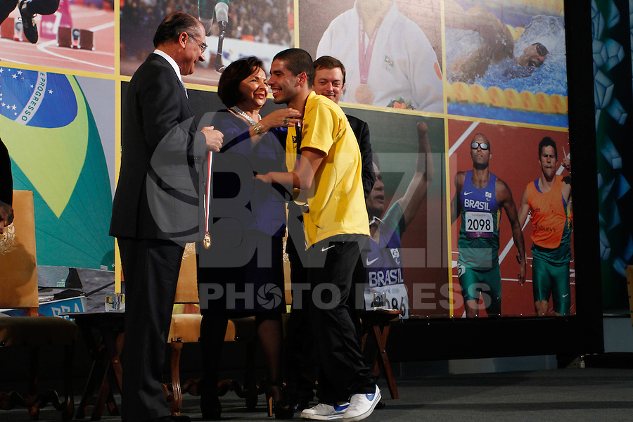 ATENÇAO EDITOR: FOTO EMBARGADA PARA VEÍCULOS INTERNACIONAIS. SAO PAULO, 11 DE SETEMBRO DE 2012.  GOVERNADOR ALCKMIN RECEBE ATLETAS PARAOLIMPICOS. O atleta Dnaiel de Farias Dias durante a  entrega para  os atletas paraolimpicos da medalha do Mérito Esportivo na manha desta terça feira no Palacio dos Bandeirantes, na zona sul da capital paulista. FOTO ADRIANA SPACA - BRAZIL PHOTO PRESS