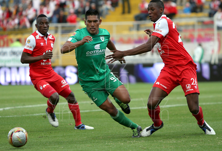 BOGOTA -COLOMBIA, 1-FEBRERO-2015. Andy Pando (C) de La Equidad  disputa el balon contra Yerry Mina  del  Independiente Santa Fe durante la primera fecha de La Liga Aguila jugado en el estadio Metropolitano de Techo  of  Bogota . /  Andy Pando (C)  of La Equidad dispute for the ball against  Yerry Mina of Independiente Santa Fe  during the first round of La Liga Aguila played at the Metropolitano de Techo  stadium in Bogota . Photo / VizzorImage / Felipe Caicedo  / Staff