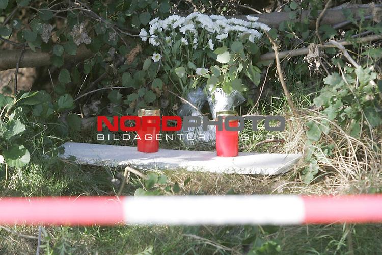 Bild: Fundort der Leiche an der K 333 zwischen Vechta und Dinklage - vor dem Entwaesserungsrohr wurde die M&scaron;dchenleiche von dem Hund gefunden. Zwei Kerzen und ein Blumenstrauss steht an der Fundstelle - die Fundstelle ist noch abgeriegelt<br /> <br /> Am zweiten Tag nach dem Fund der Kinderleiche in Vechta, gab die Polizei erste Ergebnisse bei einer Pressekonferenz bekannt. UNter anderem wurde mitgeteilt, dass es sich um ein unbekleidetes M&scaron;dchen handle ohne Kopf. Ebenso habe man in der N&scaron;he des Fundortes diverse Gegenst&scaron;nde gefunden, die nun zugeordnet werden mŁssen.<br /> Foto: &copy; nordphoto <br /> <br />  *** Local Caption *** Foto ist honorarpflichtig! zzgl. gesetzl. MwSt.<br />  Belegexemplar erforderlich<br /> Adresse: nordphoto<br /> Georg-Reinke-Strasse 1<br /> 49377 Vechta