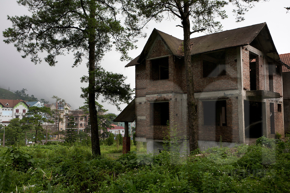 Unfinished villas are common in Tam Dao. Many reasons could be found, among them speculation on real estate or corruption.