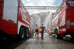 THEMENBILD - Die Grazer Freiwillige Feuerwehr und die Grazer Berufsfeuerwehr bieten während der aktuellen Hitzewelle am Grazer Hauptplatz einen Sprühnebel zur Abkühlung, am 27. Juni 2019 // THEMES PICTURE - Firemen are producing a water wall for people in Graz to cool down during the actual heat wave on 27 June 2019 in Graz, Austria. © 2019, PhotoCredit: EXPA/ Erwin Scheriau