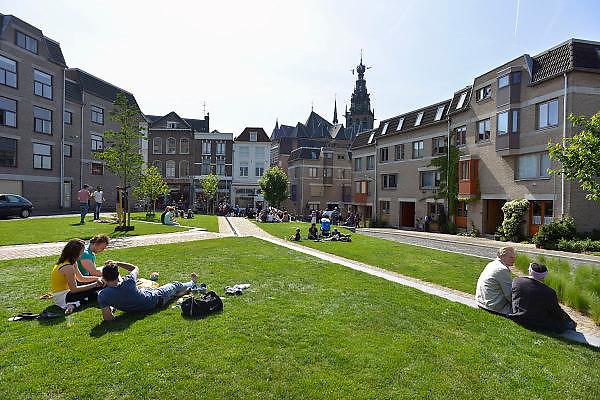 Nederland, Nijmegen, 5-5-2014Mensen zitten in de zon op de Kannenmarkt, het oude en historische centrum van de stad. Hier begint de benedenstad, een sociale woonwijk lopend tot aan de waal.Foto: Flip Franssen/Hollandse Hoogte