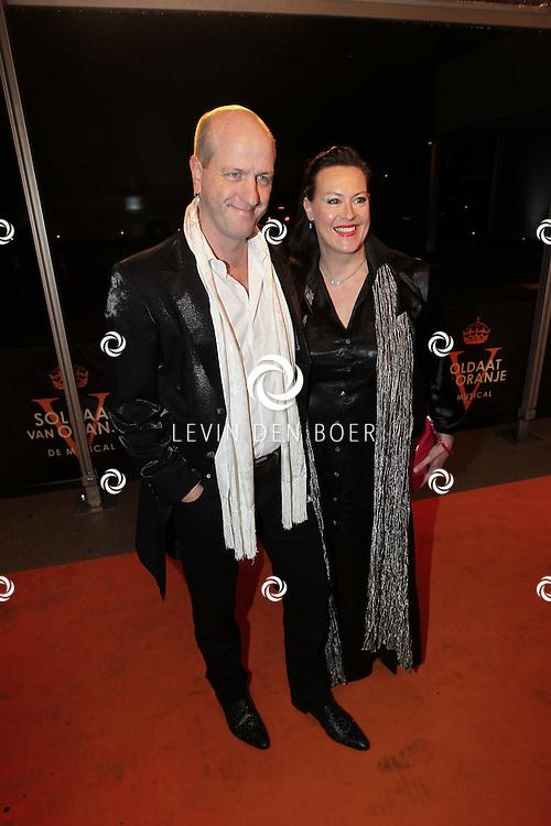 KATWIJK - Frans van Deursen met vrouw zaterdag op de oranje loper van de galapremiere van Soldaat van Oranje - de Musical in de Theater Hangaar op de oude vliegbasis Valkenburg bij Katwijk. FOTO LEVIN DEN BOER - PERSFOTO.NU