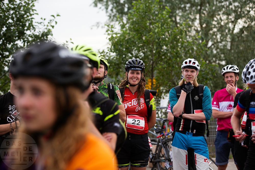 Deelnemers luisteren naar de instructies. In Nieuwegein wordt het NK Fietskoerieren gehouden. Fietskoeriers uit Nederland strijden om de titel door op een parcours het snelst zoveel mogelijk stempels te halen en lading weg te brengen. Daarbij moeten ze een slimme route kiezen.<br /> <br /> Riders are listening to the instructions. In Nieuwegein bike messengers battle for the Open Dutch Bicycle Messenger Championship.