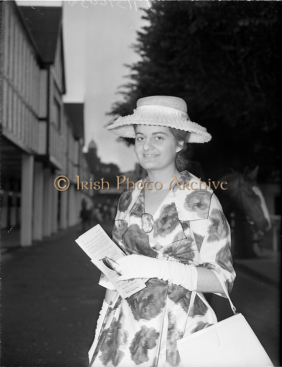 03/08/1960<br /> 08/03/1960<br /> 03 August 1960<br /> R.D.S Horse Show Dublin (Wednesday). Miss Deirdre Anita Puigeerruer in a nylon straw hat pictured at the Dublin Horse Show.