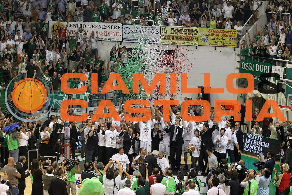 DESCRIZIONE : Siena Lega A 2010-11 Finale Play off Gara 5 Montepaschi Siena Bennet Cantu<br /> GIOCATORE : team montepaschi<br /> CATEGORIA : coppa esultanza<br /> SQUADRA : Montepaschi Siena Bennet Cantu<br /> EVENTO : Campionato Lega A 2010-2011<br /> GARA : Montepaschi Siena Bennet Cantu<br /> DATA : 19/06/2011<br /> SPORT : Pallacanestro<br /> AUTORE : Agenzia Ciamillo-Castoria/A.Ciucci<br /> Galleria : Lega Basket A 2010-2011<br /> Fotonotizia : Siena Lega A 2010-11 Finale Play off Gara 5 Montepaschi Siena Bennet Cantu<br /> Predefinita :