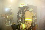 Mannheim. 12.06.17 | Freiwillige Feuerwehr übt <br /> Neckarau. Freiwillige Feuerwehr übt Rettungseinsatz in verwinkelten Gebäuden. Dazu hat das Lager Prime Selfstorage das Gebäude zur Verfügung gestellt. Übung der Freiwilligen Feierwehr <br /> <br /> <br /> BILD- ID 1089 |<br /> Bild: Markus Prosswitz 12JUN17 / masterpress (Bild ist honorarpflichtig - No Model Release!)