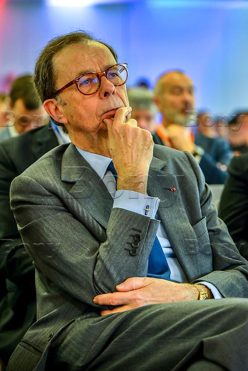 Louis SCHWEITZER<br /> BIOASTER, le premier institut dedie a l'innovation technologique en microbiologie, pour favoriser et accelerer des projets innovants et ambitieux dans le domaine de la sante.<br /> <br /> Apres plusieurs mois de retard et l&rsquo;intervention de la ministre de la Recherche, l&rsquo;unique Institut de recherche technologique dedie a la sant&eacute; a enfin demarrer. <br /> Ses fondateurs, de prestigieux industriels, des organismes publics et un college de PME, devront collaborer ensemble sur des projets de recherche.Au lendemain de sa nomination comme 1er ministre, Bernard Cazeneuve avait visite le laboratoire.C&rsquo;est aujourd&rsquo;hui Najat VALLAUD-BELKACEM, ministre de l&rsquo;Education nationale, de l&rsquo;Enseignement superieur et de la Recherche, et Thierry MANDON, secretaire d&rsquo;Etat charge de l&rsquo;Enseignement superieur et de la Recherche, qui inauguraient cet IRT.<br /> Ils etaient accompagnes de Louis SCHWEITZER, commissaire general a l&rsquo;Investissement.<br /> BIOASTER s&rsquo;inscrit dans une optique de developpement economique et industriel. <br /> Il a pour ambition d&rsquo;ancrer les industries de la sante sur le territoire national, de faire emerger des Entreprises de Taille Intermediaire (ETI) et de contribuer a la formation de personnels specialises, avec a terme, plusieurs centaines de chercheurs sur les filieres biotechnologiques de demain pour repondre aux enjeux de sante publique.<br /> <br /> La Fondation de Cooperation Scientifique BIOASTER  est composee de 8 membres Fondateurs : Lyonbiopole et l&rsquo;Institut Pasteur, Sanofi, Institut Merieux, Danone Research, l&rsquo;INSERM, le CNRS, le CEA. <br /> Le Conseil d&rsquo;Administration constitutif de la Fondation de Cooperation Scientifique BIOASTER est elu pour une duree de 3 ans renouvelable :<br /> <br /> President : Alain M&eacute;rieux, President de l&rsquo;Institut Merieux - <br /> Vice-President : Philippe Archinard, President de Lyonbiopole, PDG de T