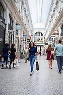 Den Haag. Passage. Een jonge vrouw aan het winkelen. Foto: Gerrit de Heus. The Netherlands. The Hague. A young woman shopping at De Passage. Photo: Gerrit de Heus