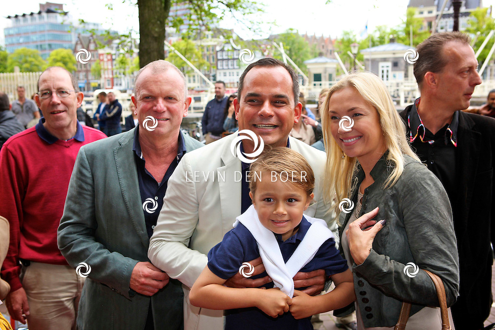 AMSTERDAM - Bij het Koninklijk Theater Carre is de premiere van Circus Hurricane Hans Klok van start gegaan.  Met op de foto vlnr Evert Santegoeds en vriend Robert Halewijn met kind en een mevrouw. FOTO LEVIN DEN BOER - PERSFOTO.NU